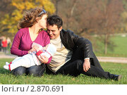 Молодая семья прогуливается с младенцем в парке. Стоковое фото, фотограф Елена Сикорская / Фотобанк Лори