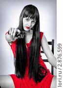 Купить «Женщина в красном платье с пистолетом», фото № 2876599, снято 27 декабря 2010 г. (c) katalinks / Фотобанк Лори