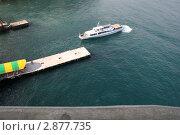 Купить «Прогулочный катер подходит к причалу, вид сверху», фото № 2877735, снято 7 августа 2011 г. (c) Робул Дмитрий / Фотобанк Лори