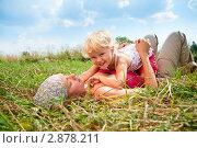 Купить «Женщина с дочкой лежат на траве», фото № 2878211, снято 1 августа 2010 г. (c) Дмитрий Наумов / Фотобанк Лори
