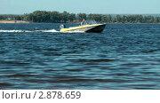 Купить «Моторная лодка плывёт по Волге, Самара», видеоролик № 2878659, снято 20 августа 2011 г. (c) Павел Коновалов / Фотобанк Лори