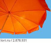 Оранжевый зонт на фоне неба. Стоковое фото, фотограф Анжелика Гальченко / Фотобанк Лори