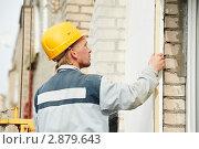 Купить «Рабочий с уровнем проверяет качество работ на стройке», фото № 2879643, снято 20 сентября 2018 г. (c) Дмитрий Калиновский / Фотобанк Лори