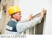 Купить «Рабочий с уровнем проверяет качество работ на стройке», фото № 2879651, снято 20 сентября 2018 г. (c) Дмитрий Калиновский / Фотобанк Лори