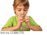 Купить «Маленькая девочка пьет воду», фото № 2880775, снято 17 декабря 2009 г. (c) Losevsky Pavel / Фотобанк Лори
