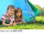 Купить «Дети на природе лежат в тени походной палатки», фото № 2880943, снято 9 мая 2010 г. (c) Losevsky Pavel / Фотобанк Лори