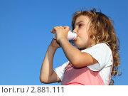 Купить «Девочка пьет йогурт из маленькой бутылки на фоне голубого неба», фото № 2881111, снято 11 мая 2010 г. (c) Losevsky Pavel / Фотобанк Лори