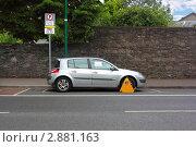Купить «Машина с заблокированным колесом за нарушение правил парковки», фото № 2881163, снято 12 июня 2010 г. (c) Losevsky Pavel / Фотобанк Лори