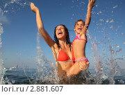 Купить «Мама с дочкой купаются  в море», фото № 2881607, снято 26 апреля 2018 г. (c) Losevsky Pavel / Фотобанк Лори