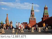 Вид на собор Василия Блаженного и Спасскую башню. Красная площадь, Москва (2010 год). Редакционное фото, фотограф Losevsky Pavel / Фотобанк Лори