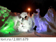 Купить «Женщина фотографирует детей на фоне снежных фигур динозавров», фото № 2881679, снято 20 февраля 2010 г. (c) Losevsky Pavel / Фотобанк Лори