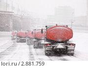 Купить «Колонна машин, убирающих снег на улице. Москва», фото № 2881759, снято 22 февраля 2010 г. (c) Losevsky Pavel / Фотобанк Лори