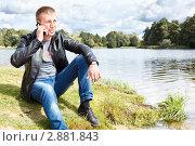 Мужчина звонит по телефону на берегу озера. Стоковое фото, фотограф Кекяляйнен Андрей / Фотобанк Лори