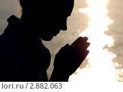 Купить «Силуэт молящейся женщины на фоне воды», фото № 2882063, снято 29 июля 2010 г. (c) Losevsky Pavel / Фотобанк Лори