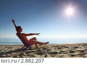 Купить «Женщина в шезлонге на пляже», фото № 2882207, снято 30 июля 2010 г. (c) Losevsky Pavel / Фотобанк Лори