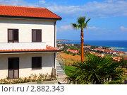 Купить «Большой белый двухэтажный дом с коричневой крышей на побережье», фото № 2882343, снято 31 июля 2010 г. (c) Losevsky Pavel / Фотобанк Лори