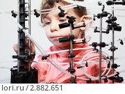 Купить «Девочка играет с конструктором- лабиринтом», фото № 2882651, снято 30 января 2010 г. (c) Losevsky Pavel / Фотобанк Лори