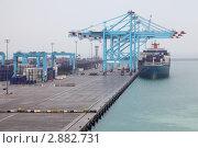 Купить «Большое грузовое судно в морском  порту», фото № 2882731, снято 16 апреля 2010 г. (c) Losevsky Pavel / Фотобанк Лори