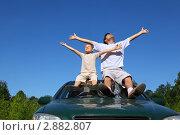 Купить «Отец с сыном сидят на крыше автомобиля раскинув руки в стороны», фото № 2882807, снято 30 июня 2010 г. (c) Losevsky Pavel / Фотобанк Лори