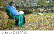 Пожилая женщина читает книгу. Стоковое видео, видеограф Владимир Никулин / Фотобанк Лори