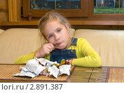 Купить «Девочка ест шоколадные конфеты», фото № 2891387, снято 13 октября 2011 г. (c) Андрей Некрасов / Фотобанк Лори