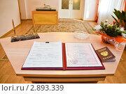 Купить «Документы для заключения брака на столе в ЗАГСе», эксклюзивное фото № 2893339, снято 16 сентября 2011 г. (c) Игорь Низов / Фотобанк Лори