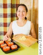 Купить «Женщина готовит фаршированные помидоры», фото № 2897035, снято 14 ноября 2010 г. (c) Яков Филимонов / Фотобанк Лори