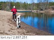 Купить «Женщина бегает с собакой», фото № 2897251, снято 18 апреля 2010 г. (c) Игорь Соколов / Фотобанк Лори