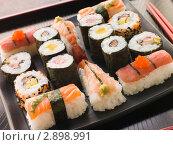 Купить «Суши на черном блюде», фото № 2898991, снято 5 апреля 2007 г. (c) Monkey Business Images / Фотобанк Лори
