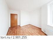 Купить «Пустая комната с дверью», фото № 2901255, снято 29 сентября 2011 г. (c) Дмитрий Кутлаев / Фотобанк Лори