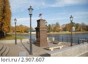 Сооружение на Верхнем озере с вмонтированными часами, барометром и датчиком влажности (2011 год). Редакционное фото, фотограф Svet / Фотобанк Лори