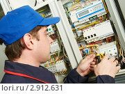 Купить «Электрик у электрического щитка», фото № 2912631, снято 19 января 2019 г. (c) Дмитрий Калиновский / Фотобанк Лори
