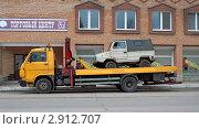 Старый автомобиль перевозят на эвакуаторе (2011 год). Редакционное фото, фотограф Николай Лазуткин / Фотобанк Лори
