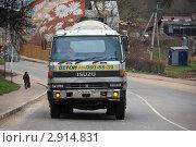 Купить «Грузовая машина бетономешалка едет по дороге. Боровск. Калужская область», эксклюзивное фото № 2914831, снято 29 октября 2011 г. (c) lana1501 / Фотобанк Лори