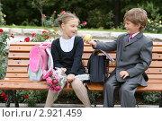 Купить «Мальчик-первоклассник предлагает яблоко девочке», фото № 2921459, снято 31 августа 2011 г. (c) Юлия Кузнецова / Фотобанк Лори