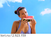Молодая девушка ест арбуз. Стоковое фото, фотограф Елена Сикорская / Фотобанк Лори