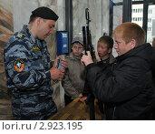Купить «Изучение подростками огнестрельного оружия», эксклюзивное фото № 2923195, снято 28 мая 2011 г. (c) Free Wind / Фотобанк Лори