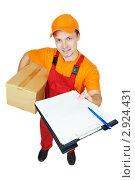 Купить «Молодой мужчина держит посылку и документы», фото № 2924431, снято 21 августа 2018 г. (c) Дмитрий Калиновский / Фотобанк Лори
