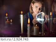 Купить «Девушка гадает с зеркальцем», фото № 2924743, снято 3 ноября 2011 г. (c) Типляшина Евгения / Фотобанк Лори