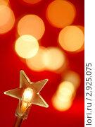 Купить «Новогодняя электрогирлянда со звездой на красном абстрактном фоне», фото № 2925075, снято 29 августа 2009 г. (c) Дмитрий Наумов / Фотобанк Лори