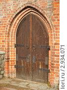 Старинная деревянная дверь в кирпичной стене. Стоковое фото, фотограф Евгений Потькало / Фотобанк Лори