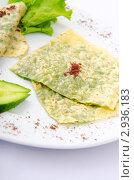 Купить «Блины, зеленый салат и кусочки огурца на тарелке», фото № 2936183, снято 3 сентября 2011 г. (c) Elnur / Фотобанк Лори