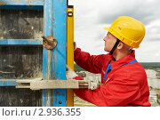 Купить «Рабочий со строительным уровнем», фото № 2936355, снято 24 мая 2019 г. (c) Дмитрий Калиновский / Фотобанк Лори