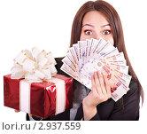Купить «Портрет девушки с деньгами и подарком», фото № 2937559, снято 4 июля 2011 г. (c) Gennadiy Poznyakov / Фотобанк Лори