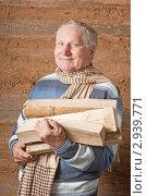 Купить «Пожилой мужчина с дровами», фото № 2939771, снято 6 ноября 2011 г. (c) Майя Крученкова / Фотобанк Лори