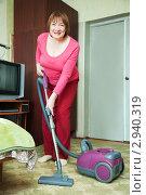 Купить «Женщина с пылесосом», фото № 2940319, снято 19 февраля 2011 г. (c) Яков Филимонов / Фотобанк Лори