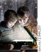 Купить «Дети смотрят в коробку с подарком», фото № 2944251, снято 11 ноября 2011 г. (c) Андрей Батурин / Фотобанк Лори
