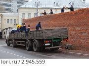 Купить «Рабочие разгружают кирпич с машины с нарушением техники безопасности», эксклюзивное фото № 2945559, снято 10 ноября 2010 г. (c) Родион Власов / Фотобанк Лори