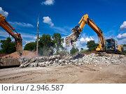 Купить «Тяжелый измельчитель и гидромолот разрушают железобетонные конструкции. Индустриальный пейзаж», фото № 2946587, снято 9 июля 2011 г. (c) Вадим Ратников / Фотобанк Лори