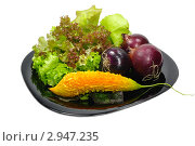 Купить «Натюрморт из овощей на черной тарелке», эксклюзивное фото № 2947235, снято 23 июля 2019 г. (c) Blekcat / Фотобанк Лори